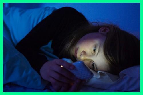 smartphone a letto, luce blu dannosa
