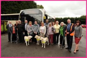 foto di gruppo conducenti bus e utenti ciechi