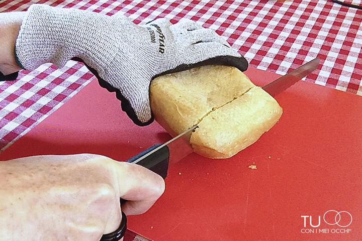 taglio del pane con guanto